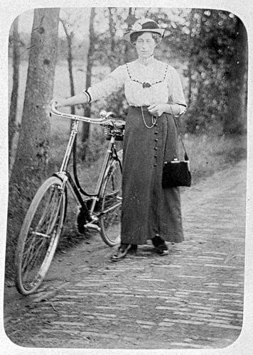 <b>ZOEKPLAATJE:</b>&nbsp;Veen Johannes K van der 1875 19__ Familie Onbekend met Fiets