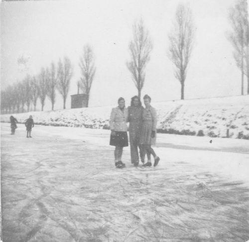 Hoofdweg O 023_ 1947 Schaatsen bij Fam Kool 01