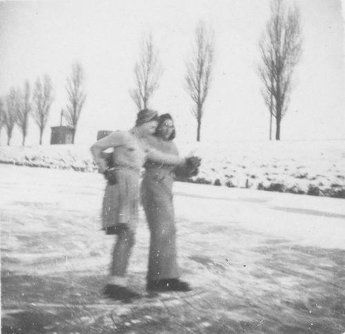 Hoofdweg O 023_ 1947 Schaatsen bij Fam Kool 02