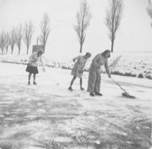 Hoofdweg O 023_ 1947 Schaatsen bij Fam Kool 03