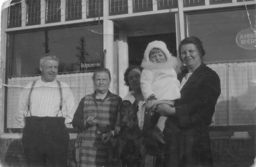 Hoofdweg O 0692 1928 Cafe Bosman met Familie