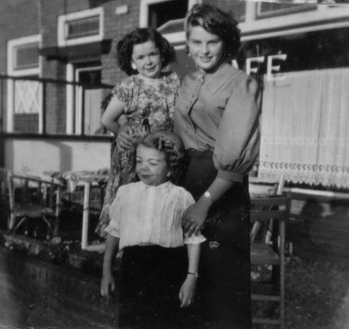 Hoofdweg O 0696 1955 Cafe Ramkema met Lilliputters op terras 02