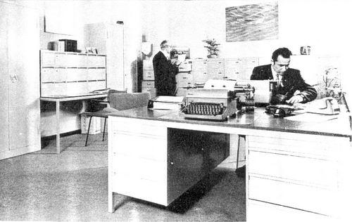 Hoofdweg O 0704 1960 Politiebureau Interieur met dhr te Paske