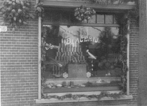 Hoofdweg O 0716 1945 Slagerij Piet de Koning na bevrijding 04