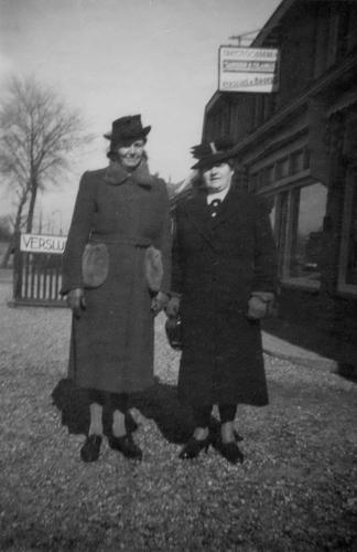 Hoofdweg O 0738 1943 met Gerdien Bosman en Mw Galis