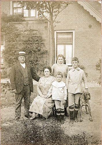 Hoofdweg O 0900 192_ de President met gezin J G N Geertzema