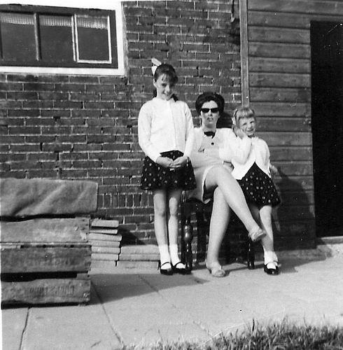 Hoofdweg O 1086 1968 met Moeder en Dochters de Rijk
