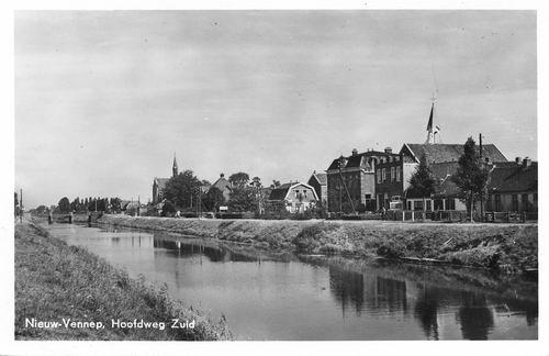 Hoofdweg O 1340 kruising Kerkstraat 1951 met Kerktoren
