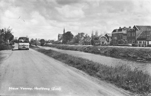 Hoofdweg O 134_ 1958 kruising Kerkstraat met Bus op Westzijde