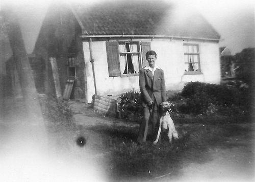 Hoofdweg W 0013 1950 met Joop de Vos en hond Atos
