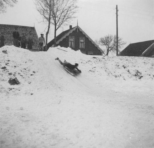Hoofdweg W 0267 1942 fam Mienis met Slee op de Hoofdvaart