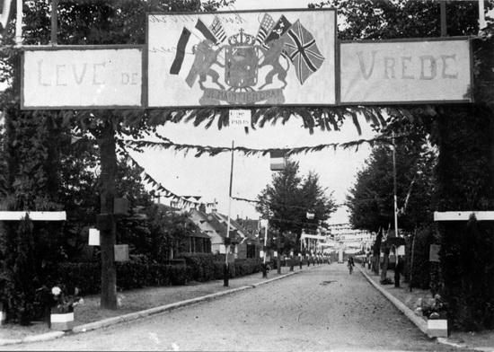 Hoofdweg W 0682 Bevrijdingsfeest 194509 Bevrijdingspoort