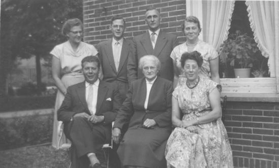 Hoofdweg W 0683 Esselink 1957 Familie achter het Huis
