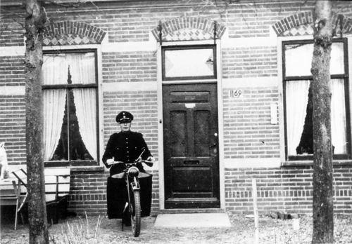 Hoofdweg W 1169 194_ met Politieagent Miggelbrink 01