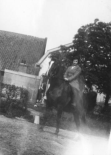 Hoofdweg W 1511 19__ met Rie de Vlieger te Paard