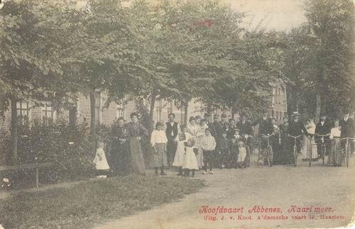 Hoofdweg W 164_ 1913 met halve dorp op straat Ingekleurd