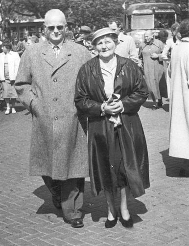 Hoogdalem Simon v 1890 19__ met vrouw Anna op Marktplein