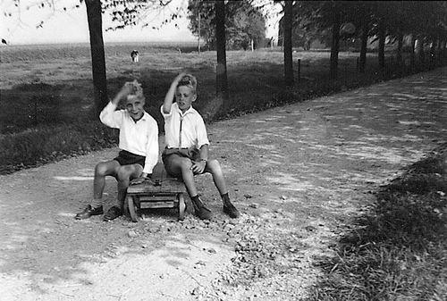 Hoogeveen Arie 1958 met vriendje Jan Waayman op Kar
