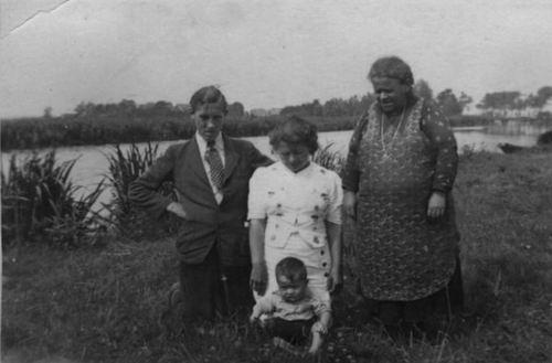 Horst Paul vd Sr 1941 Gezinsfoto met Oma langs Ringvaart