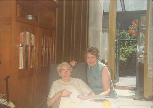 <b>ZOEKPLAATJE:</b>Hos Jo 1975 met Onbekend