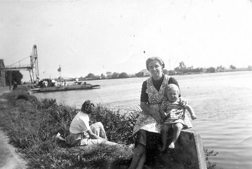 Huigsloterdijk 0032-28 1950 met Moeder en Leny Schijff_2