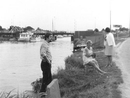 Huigsloterdijk 005_ 1971 Oude Weteringbrug met fam Schijff
