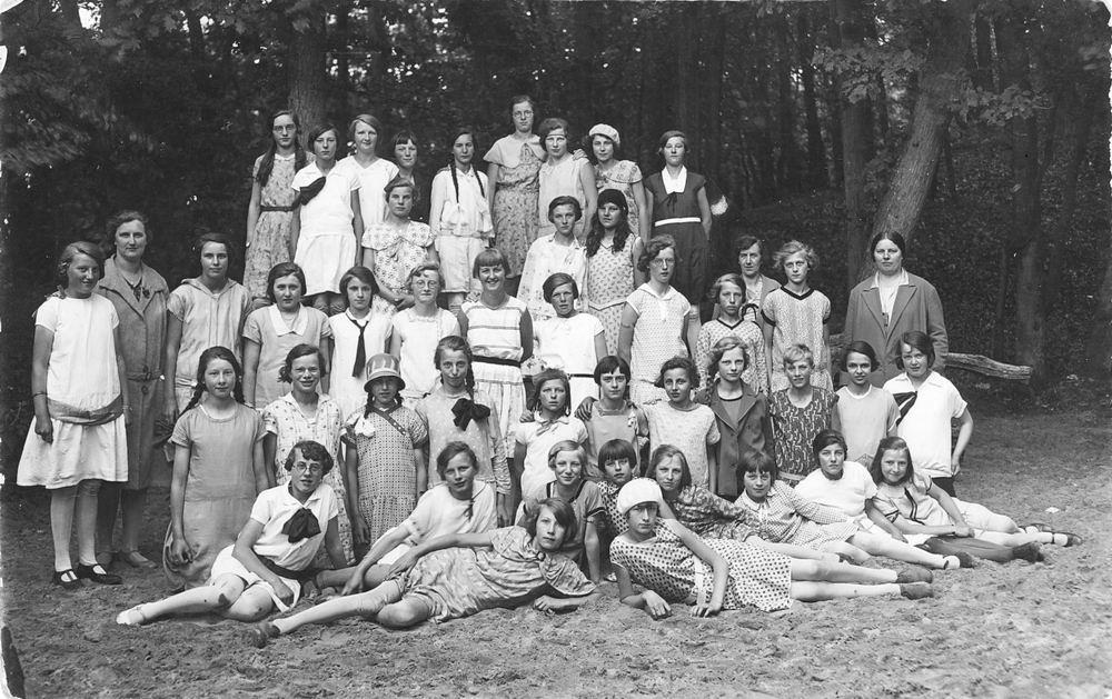 <b>ZOEKPLAATJE:</b>Huishoudschool Hoofddorp 1930 Schoolreisje naar Bergen