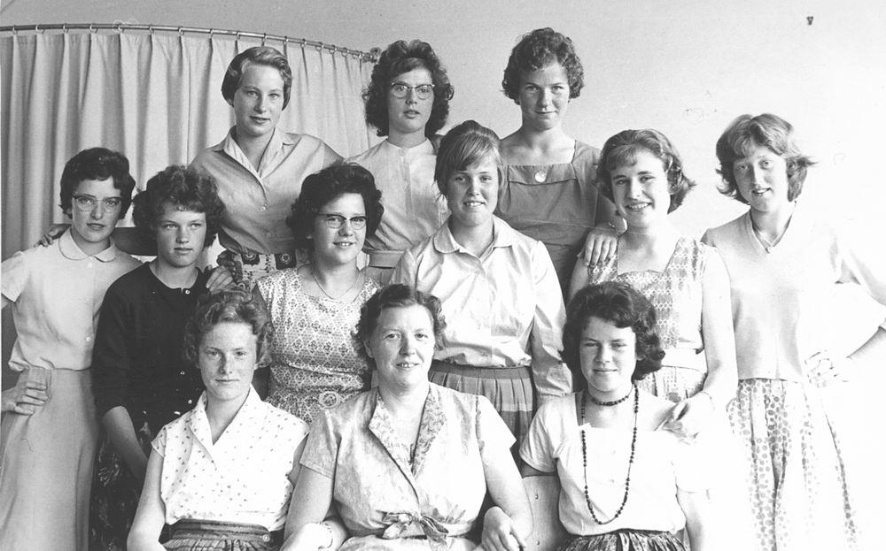 <b>ZOEKPLAATJE:</b>Huishoudschool Hoofddorp 1960 Costuumklas 1