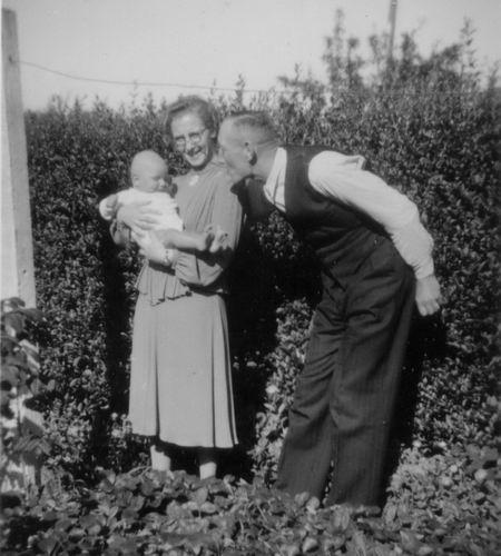 Hulzen Gerard v 1948 met vrouw Jo en buurbaby Jan Uithol