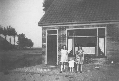 IJweg O 1250 1945 met Ans Kaslander en Tantes