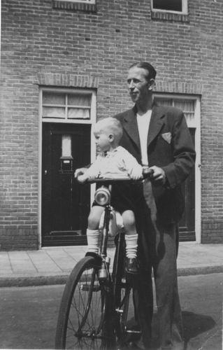 Imanse Iem Sr 1948 met zoon Jantje op de Fiets
