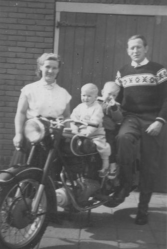 Imanse Iem Sr 1955 met zoons Co en Iman op Motor