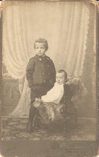 <b>ZOEKPLAATJE:</b>Immink_Onbekend_Foto_in_Groningen_bij_Bongenaar_1911