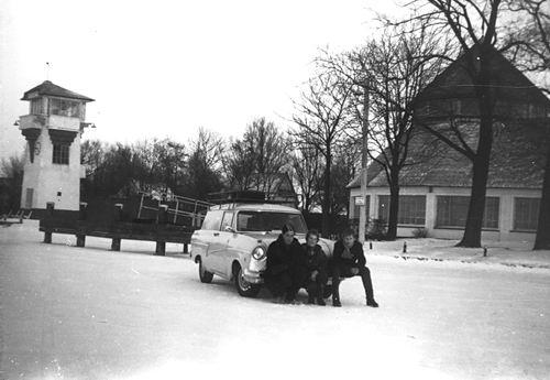 Kaag 1962-63 Kaagsocieteit met Auto fam de Man op IJs