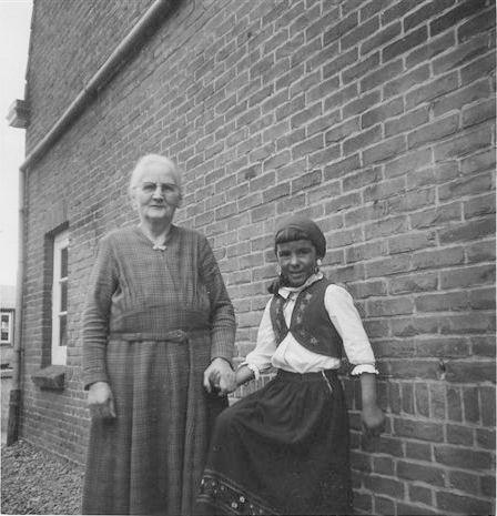 Kamp Anja 1961 Koninginnedag met Oma Huibertje de Gier
