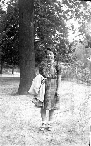Klein Jansje 1921 193_ Buiten in Park_exposure