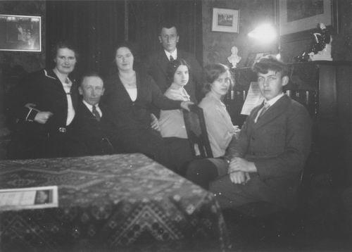 Kofoed Cornelia Adolphina 1891 19__ met familie om Tafel