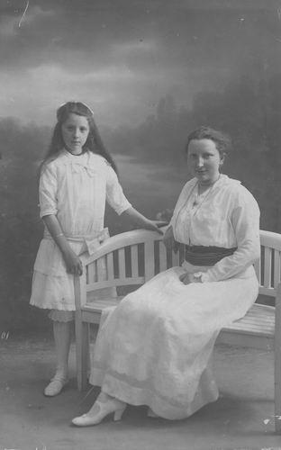Kofoed Cornelia Adolphina 1891 19__ of Antje met zus Marietje