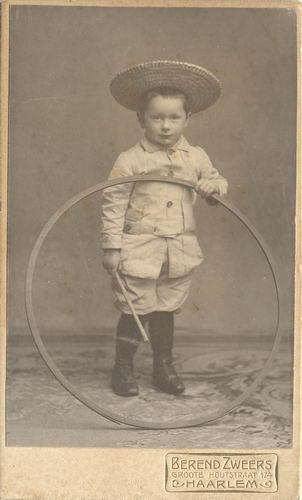 Kofoed Hendrik 1903 190  met Hoepel bij Fotograaf