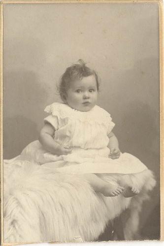 Kofoed Rietje 1905 19__ Baby bij Fotograaf 01
