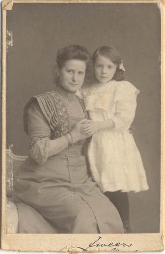 Kofoed-vd Berg Ant 1864 19__ met dochter Marietje
