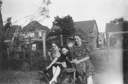 Koning Bep de 1919 193_ met Jannie en Rie v Woerkum 02