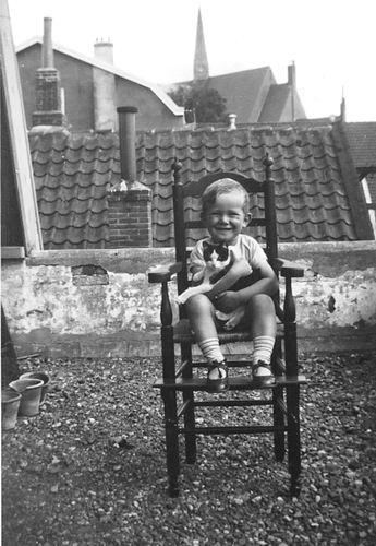 Koning Joop de 1930 19__ als Kleuter 04 op Stoel op Dak