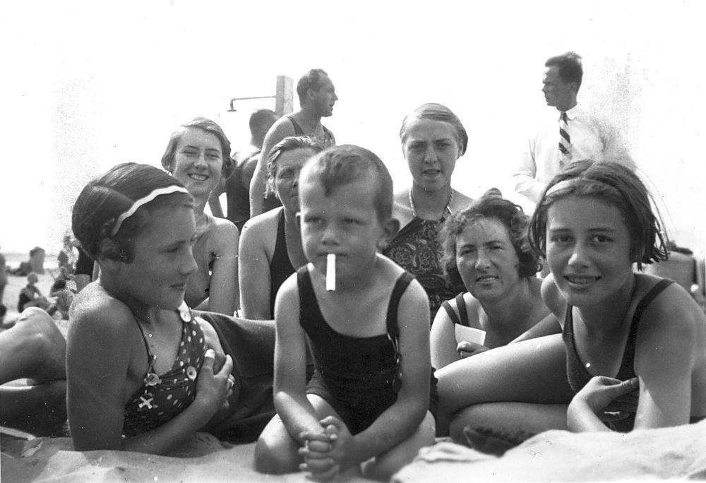 Koning Joop de 1930 19__ als Kleuter 07 in Zwembad met Sigarette