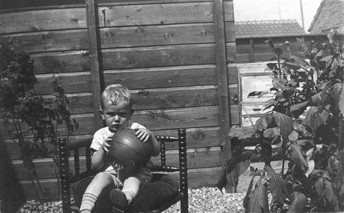Koning Joop de 1930 19__ als Kleuter 09 Buiten op Stoel