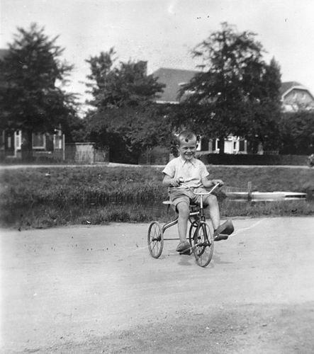 Koning Joop de 1930 19__ als Kleuter 12 op Driewieler