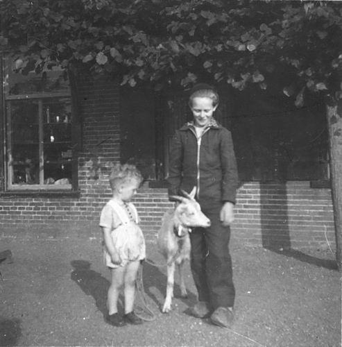 Koning Joop de 1930 19__ met Geit en Onbekend