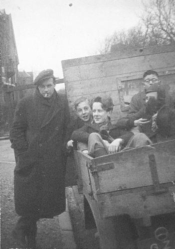 Koning Joop de 1930 19__ met vrienden op Vrachtwagen