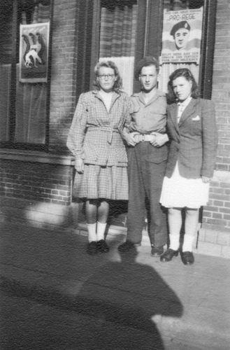 Koter Henk de 1945 Soldaat met Annie Moerman en zus Maartje