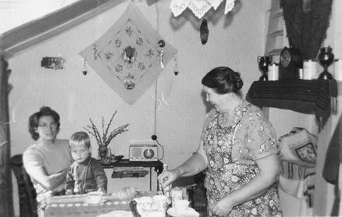 Koter-Moerman Annie de 19__ met zoontje Henk en moeder Jo